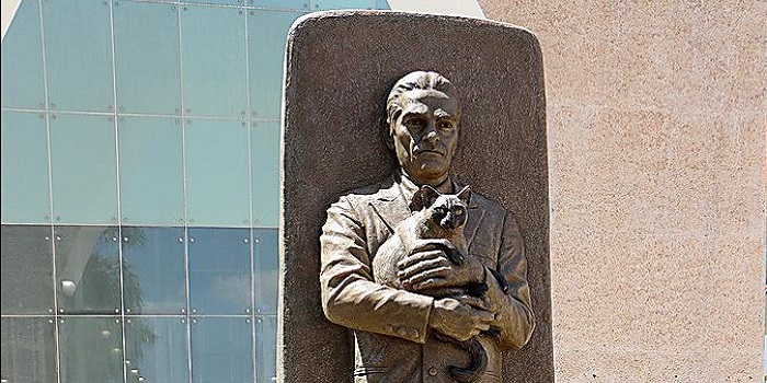 «Памятник с кошкой на руках», — в Мексике увековечили украинца, расшифровавшего письменность майя Подробнее читайте на Юж-Ньюз: http://xn----ktbex9eie.com.ua/