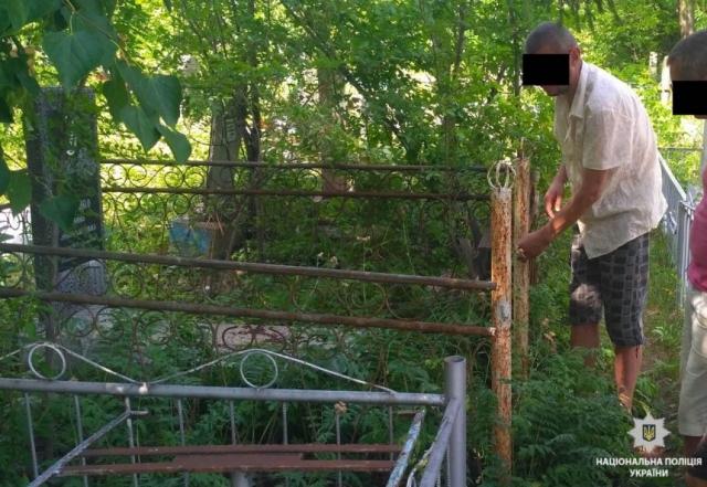 В Первомайске задержали вандалов, снимавших оградки с могил на городском кладбище  Подробнее читайте на Юж-Ньюз: http://xn----ktbex9eie.com.ua/archives/12554