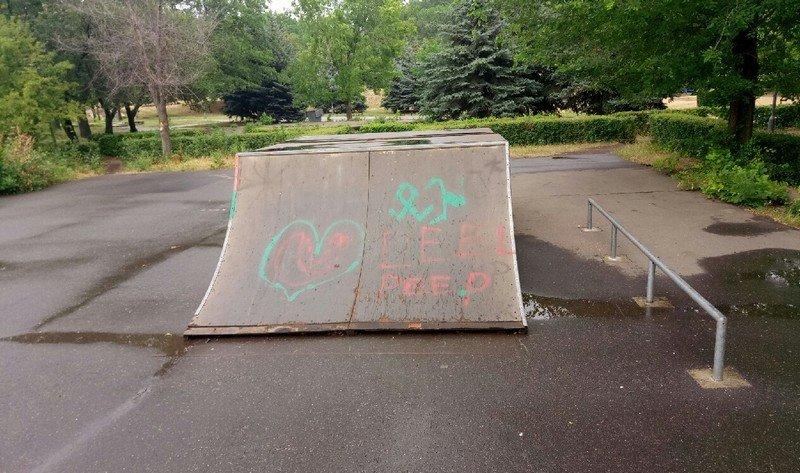 В Южноукраинске бомж разрушает скейт-парк  Подробнее читайте на Юж-Ньюз: http://xn----ktbex9eie.com.ua/archives/12530