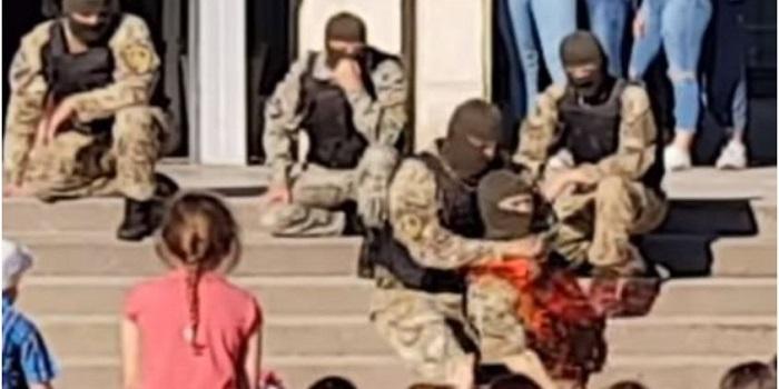 В Энергодаре на детском празднике спецназовцы показали, как резать горло. ВИДЕО Подробнее читайте на Юж-Ньюз: http://xn----ktbex9eie.com.ua/archives/9061