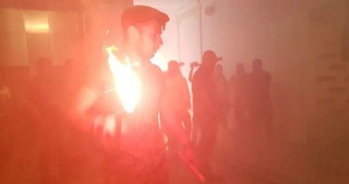 В Харькове массовые беспорядки — горсовет забросали дымовыми шашками. Видео Подробнее читайте на Юж-Ньюз: http://xn----ktbex9eie.com.ua/archives/11250