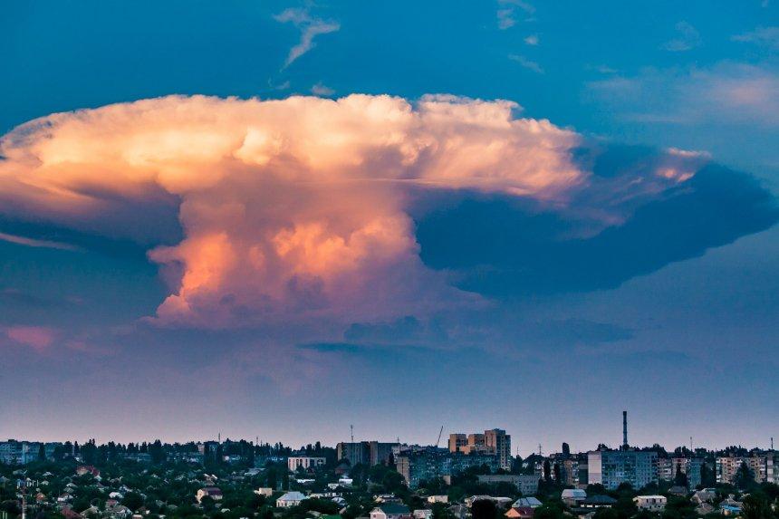 «Жуткое зрелище»: над Николаевом завис «ядерный гриб». ФОТО.  Подробнее читайте на Юж-Ньюз: http://xn----ktbex9eie.com.ua/archives/15601