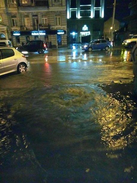 «Великий потоп». Центр Киева ночью снова ушел под воду из-за ливня. ФОТО, ВИДЕО.  Подробнее читайте на Юж-Ньюз: http://xn----ktbex9eie.com.ua/archives/18404