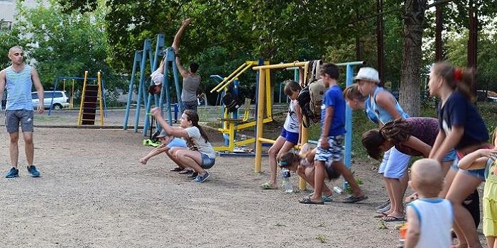 Южноукраинск. Спорт во дворе. Фото Подробнее читайте на Юж-Ньюз: http://xn----ktbex9eie.com.ua/archives/17038
