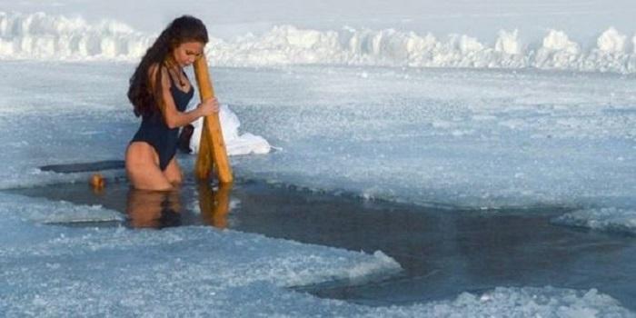 Как правильно нырять в прорубь на Крещение: предупреждение врачей (видео) Подробнее читайте на Юж-Ньюз: http://xn----ktbex9eie.com.ua/archives/37432