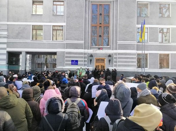 Студенты Одесского национального медицинского университета принесли похоронные венки под здание Министерства здравоохранения Украины  Подробнее читайте на Юж-Ньюз: http://xn----ktbex9eie.com.ua/archives/37174