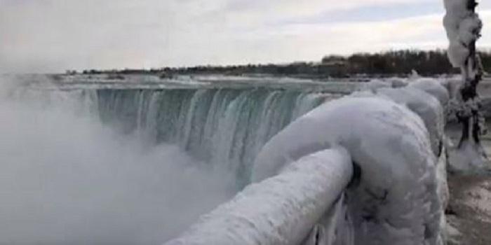 В США из-за «снежного шторма» замерз Ниагарский водопад. ВИДЕО Подробнее читайте на Юж-Ньюз: http://xn----ktbex9eie.com.ua/archives/38089