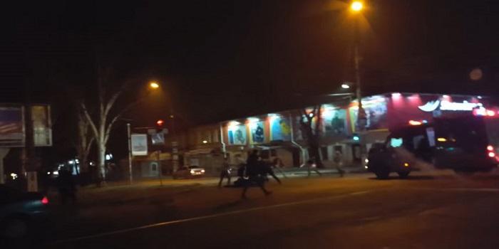 Ночью в центре Николаева произошла массовая драка. ВИДЕО Подробнее читайте на Юж-Ньюз: http://xn----ktbex9eie.com.ua/archives/39085