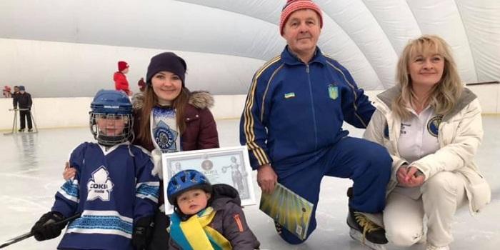 Відео про Лева Ткаченка. Хлопчик став наймолодшою дитиною в Україні, яка катається на льодових ковзанах. Подробнее читайте на Юж-Ньюз: http://xn----ktbex9eie.com.ua/archives/41133