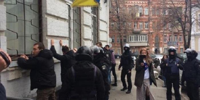 Задержание активистов в Киеве: копам грозит до восьми лет тюрьмы за превышение власти Подробнее читайте на Юж-Ньюз: http://xn----ktbex9eie.com.ua/archives/40180