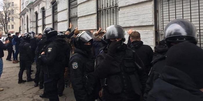 Вооруженный штурм: в Киеве несколько десятков неизвестных устроили драку с полицией Подробнее читайте на Юж-Ньюз: http://xn----ktbex9eie.com.ua/archives/40065