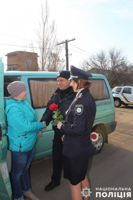 На Николаевщине полицейские дарили розы женщинам-водителям. ФОТО  Подробнее читайте на Юж-Ньюз: http://xn----ktbex9eie.com.ua/archives/43419