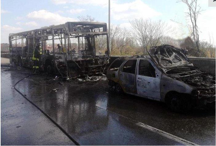 В Италии водитель из Африки угнал школьный автобус и поджег его с детьми внутри. Фото  Подробнее читайте на Юж-Ньюз: http://xn----ktbex9eie.com.ua/archives/45102