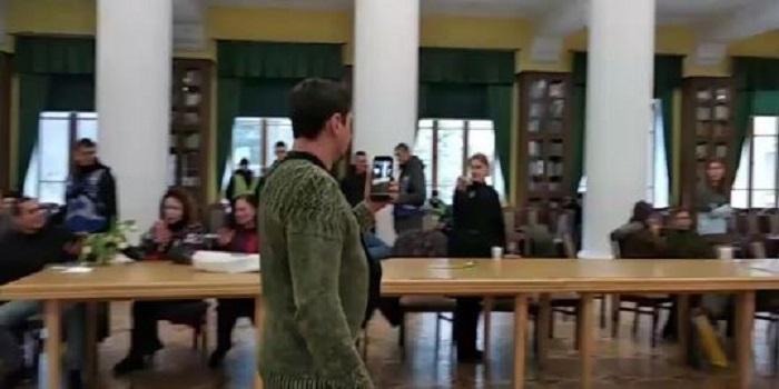 В КИЕВЕ «АКТИВИСТЫ» ЗАХВАТИЛИ ЗАЛ АДМИНИСТРАЦИИ ГОРОДА Подробнее читайте на Юж-Ньюз: http://xn----ktbex9eie.com.ua/archives/42559