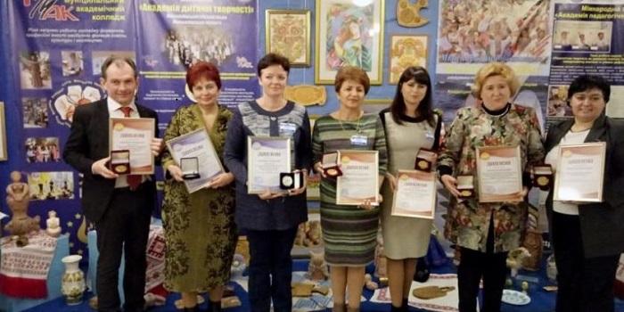 На международной выставке учителя из Николаева завоевали 5 золотых и 2 серебряные медали Подробнее читайте на Юж-Ньюз: http://xn----ktbex9eie.com.ua/archives/44484