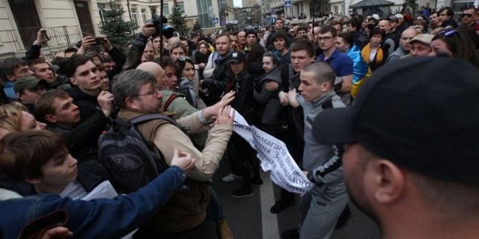 Под офисом Зеленского произошла потасовка. Фото. Подробнее читайте на Юж-Ньюз: http://xn----ktbex9eie.com.ua/archives/47320