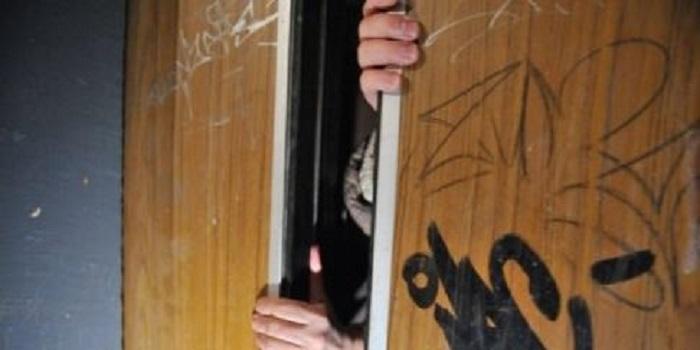 В Харькове реанимационная бригада застряла в лифте вместе с пациенткой: больная умерла. Видео. Подробнее читайте на Юж-Ньюз: http://xn----ktbex9eie.com.ua/archives/47752