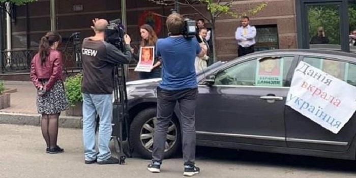 В посольстве Дании удерживают мальчика из Запорожья Подробнее читайте на Юж-Ньюз: http://xn----ktbex9eie.com.ua/archives/50548