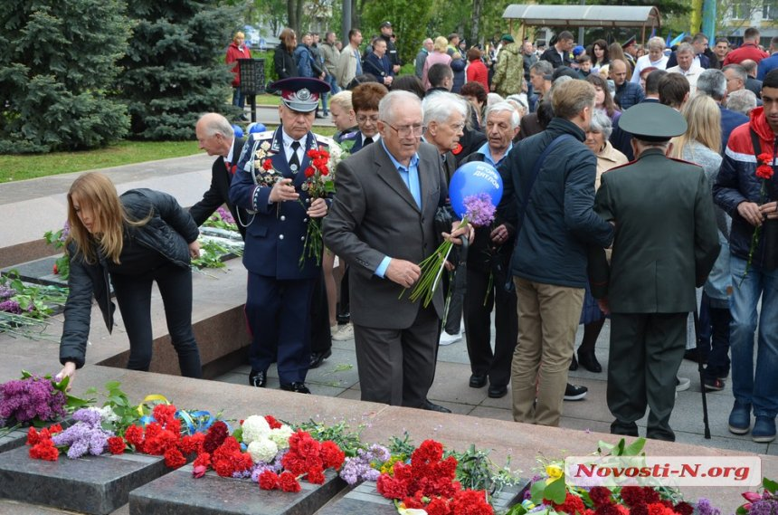 9 мая: николаевцы возложили цветы к памятнику ольшанцам. Фото.  Подробнее читайте на Юж-Ньюз: http://xn----ktbex9eie.com.ua/archives/50472