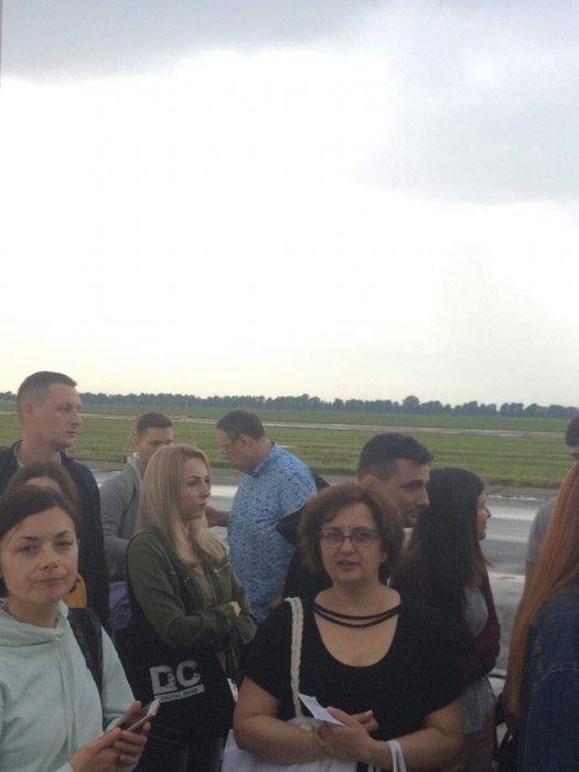 Нардеп Геращенко улетел из Украины со свежим шрамом на шее  Подробнее читайте на Юж-Ньюз: http://xn----ktbex9eie.com.ua/archives/53309