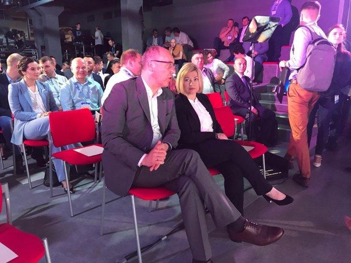 На съезде партии «Европейская солидарность», Порошенко представили первую десятку списка. Фото  Подробнее читайте на Юж-Ньюз: http://xn----ktbex9eie.com.ua/archives/54127