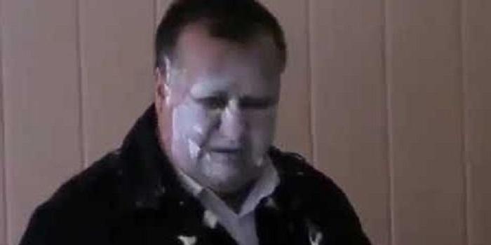 Кушайте пожалуйста! В Мелитополе активисты накормили чиновника опасным маргарином, который шел в детсады города. Видео. Подробнее читайте на Юж-Ньюз: http://xn----ktbex9eie.com.ua/archives/59037