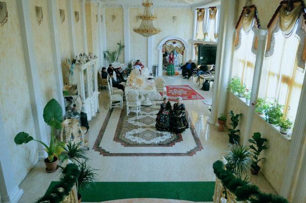 В Украине обнаружен тайный табор ромов: «Такой роскоши не было даже у Януковича». Фото, видео  Подробнее читайте на Юж-Ньюз: http://xn----ktbex9eie.com.ua/archives/59497