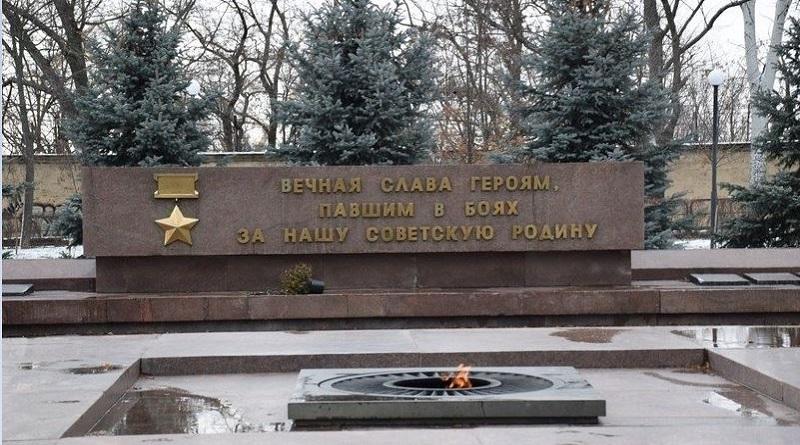 Украина, вандализм, можно всё: в Николаеве в Вечный огонь плевали, а после грели булку и ноги Подробнее читайте на Юж-Ньюз: http://xn----ktbex9eie.com.ua/archives/67980