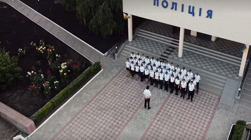 Поліцейські Южноукраїнського відділення поліції урочисто відзначили 5 річницю створенння Національної поліції України. Розкішний відеоролик Подробнее читайте на Юж-Ньюз: http://xn----ktbex9eie.com.ua/archives/82018/%D0%BF%D0%BE%D0%BB%D1%96%D1%86%D0%B5%D0%B9%D1%81%D1%8C%D0%BA%D1%96-%D1%8E%D0%B6%D0%BD%D0%BE%D1%83%D0%BA%D1%80%D0%B0%D1%97%D0%BD%D1%81%D1%8C%D0%BA%D0%BE%D0%B3%D0%BE-%D0%B2%D1%96%D0%B4%D0%B4%D1%96%D0%BB