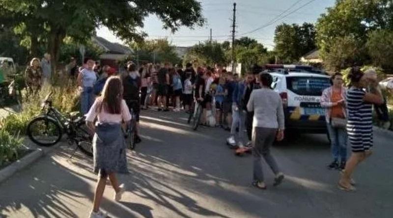 Подростки затерроризировали: сумчане перекрыли дорогу из-за изнасилования ребенка