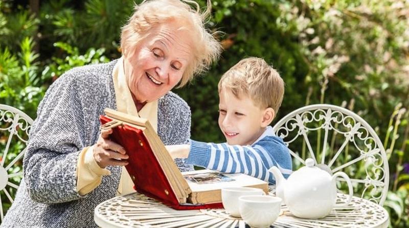 Вирусолог предложил ограничить общение детей с бабушками и дедушками в первый месяц школы