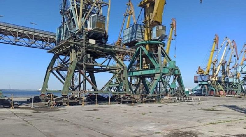 В Николаевском порту лежали тысячи тонн селитры. Их убрали