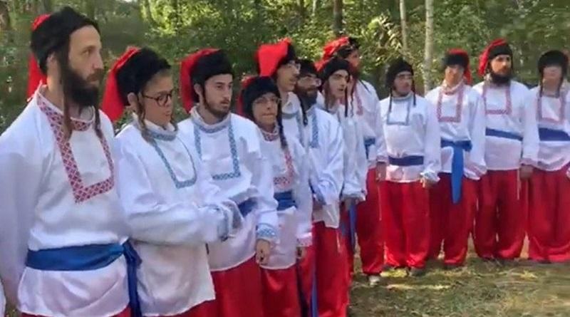 Хасиды в украинских костюмах спели гимн Украины. ВИДЕО