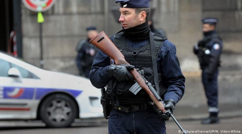 Франция вышлет более 200 человек после убийства учителя под Парижем