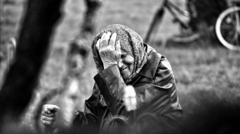 В Николаеве бабушку выгнали из дома — старушка уже месяц ночует на остановке в центре города
