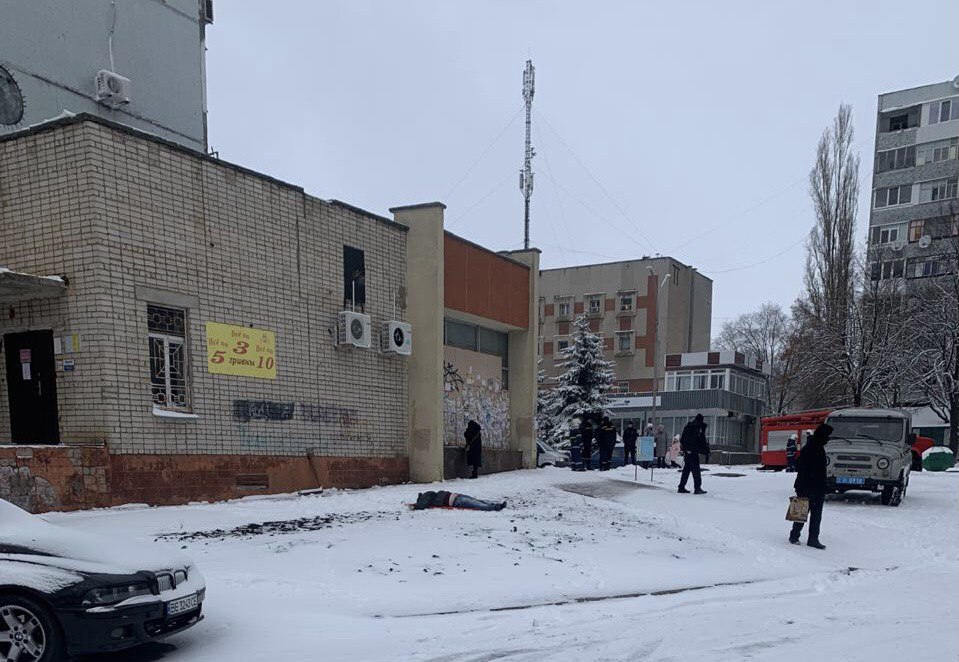 В Южноукраинске погиб мужчина: прыгнул с крыши дома (фото 18+)