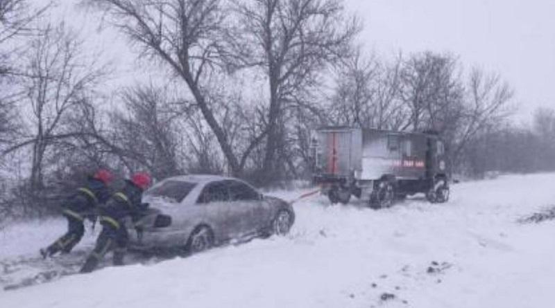 Пробки из сотни грузовиков и снежные заносы: на Николаевщине продолжается непогода