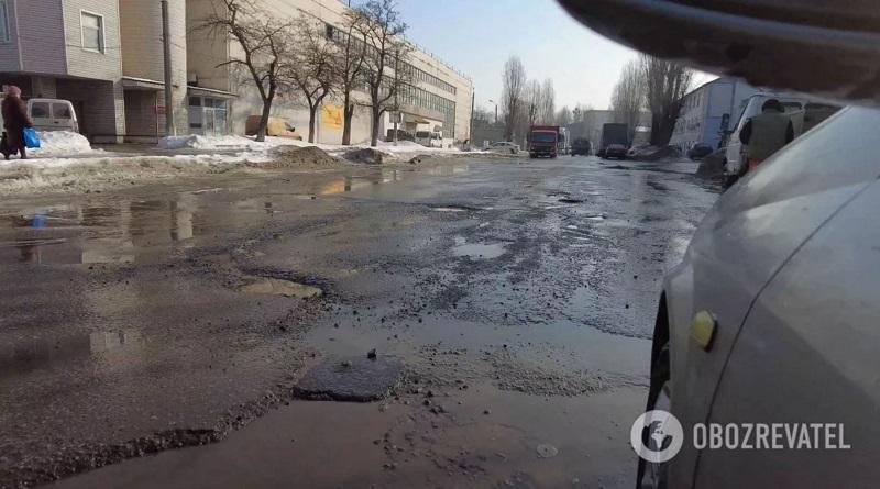 В Киеве после таяния снега дорога покрылась огромными ямами
