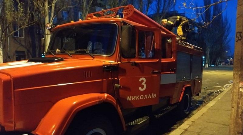В Николаеве неизвестные бросили бутылку с зажигательной смесью в окно Дворца культуры