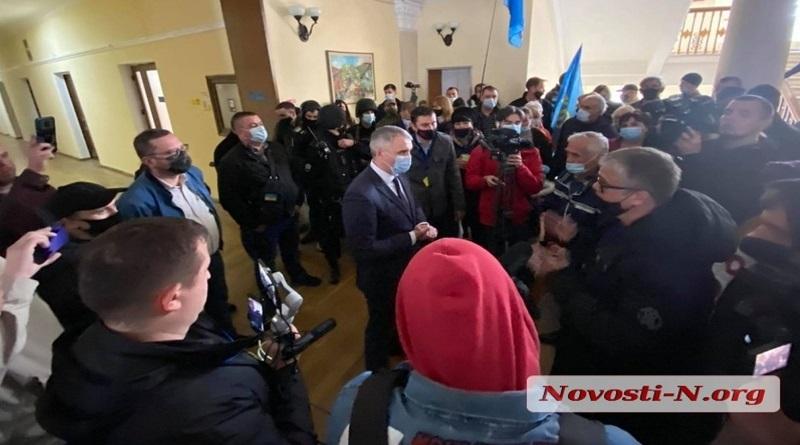 Протест предпринимателей в Николаеве: митингующие ворвались в горсовет и нашли Сенкевича. ВИДЕО