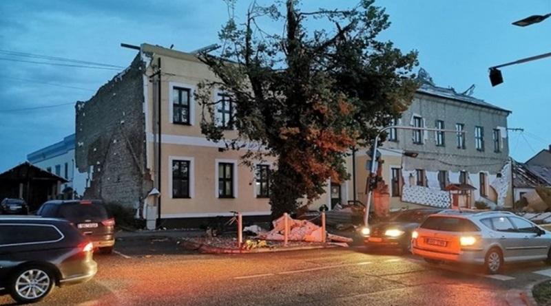 Торнадо в Чехии разрушил дома: пострадали 150 человек, в том числе дети (видео)