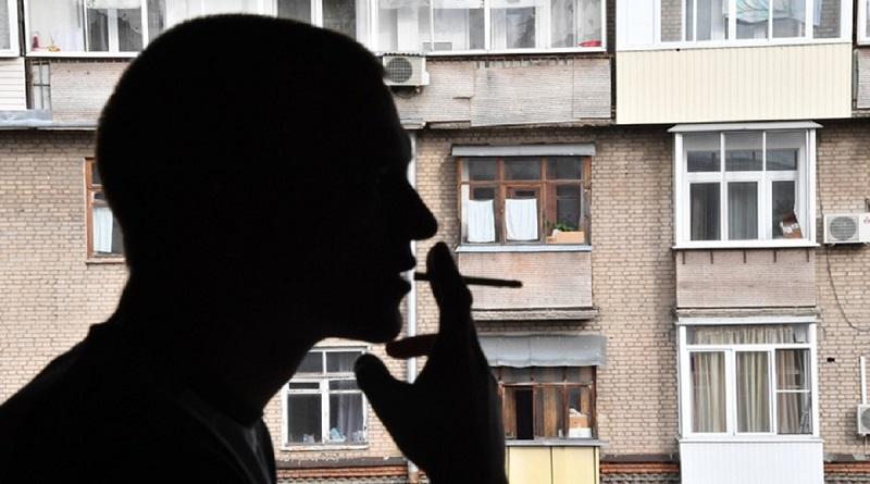 Как можно оштрафовать соседа, который курит на балконе: ответ юриста