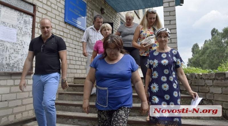 В Николаевской области совхоз собирает урожай за урожаем – рабочим за труд «бросают» по 200 гривен