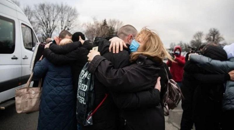 Семьям пленных украинцев выплатили по 100 тысяч гривен помощи