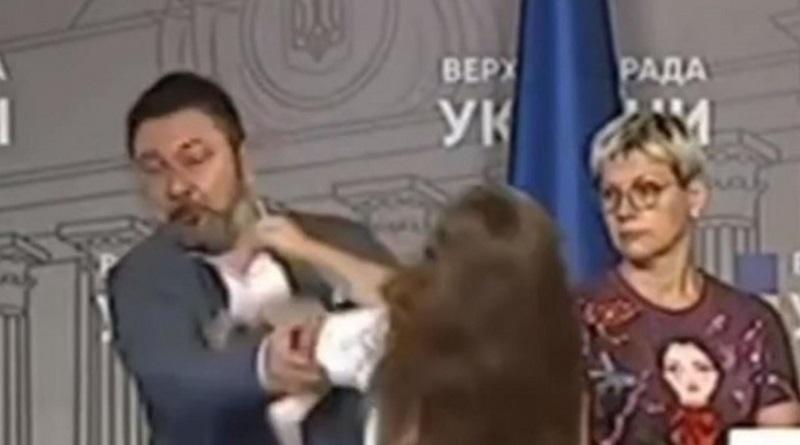 В Верховной Раде нардепа кулаком в лицо ударила активистка (видео)