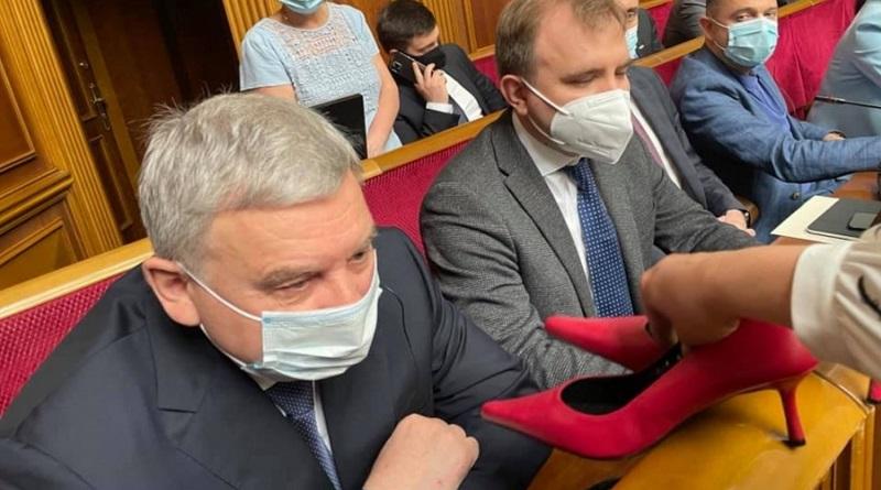 Пусть марширует: в Раде министру обороны вручили туфли на каблуках