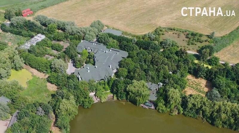 3,5 гектара, защитный ров, камеры наблюдения и дом-музей: как и где живет экс-президент Ющенко. Видео.
