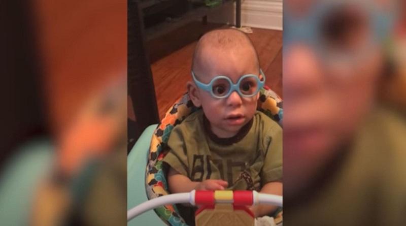 «Эта реакция бесценна»: малыш впервые смог увидеть своих родителей благодаря специальным очкам. ВИДЕО