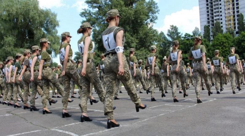 Каблуки остаются: поставлена точка в скандале с туфлями женщин-военных на параде