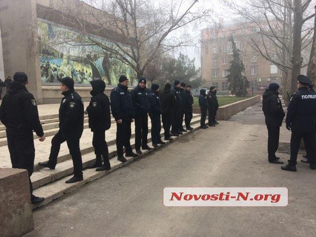 В Николаеве около тысячи силовиков охраняют здание облсовета